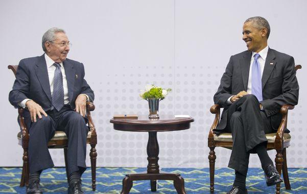 buena onda. Raúl Castro y Obama se prodigaron señales de acercamiento en su histórico encuentro en Panamá.