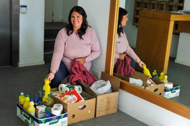 Una vecina exhibe las cajas con donaciones. (Foto: Celina Mutti Lovera)