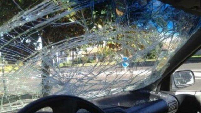 Una mujer de Neuquén no soportó una ofensa machista y le destriozó el parabrisas a piedrazos