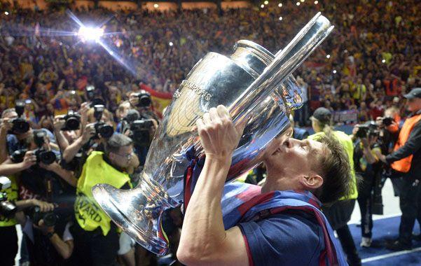 El beso del campeón. Lionel Messi levanta el trofeo del Mundial de Clubes en Japón. La Pulga tuvo un año inolvidable.