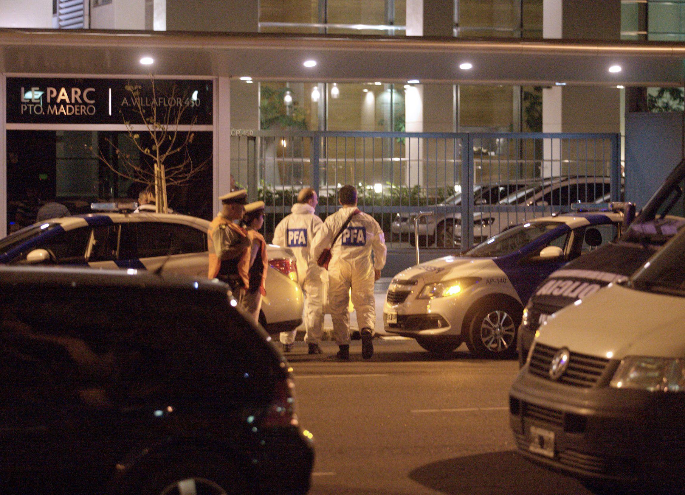 Peritos de la Policía Federal en el ingreso a la torre donde vivía el fiscal Nisman.