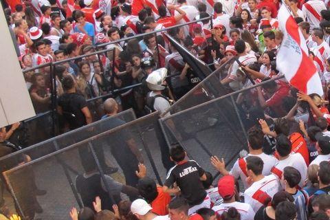 Los hinchas de River fueron a recibir a sus jugadores a la puerta del hotel. (Foto: Alfredo Celoria / La Capital)