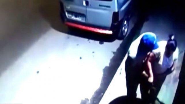 El ladrón arrinconó a la mujer en la entrada al negocio y la manoseó.