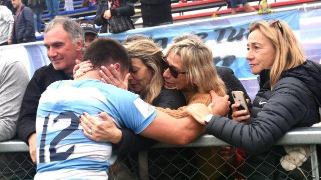 El final. Familiares de Gerónimo Prisciantelli lo consuelan tras la derrota.