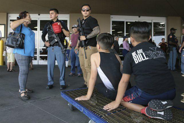 Chicos y adultos se refugiaron en un local de la zona cuidados por guardias armados.