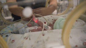 Protocolo. Los médicos explicaron que cualquier paciente menor de tres meses con cuadro febril tiene criterio de internación y es hisopado.