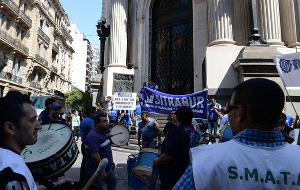 Marcha. Sitrabur y otros gremios se movilizaron al edificio de la Bolsa. (Foto: N.Juncos)