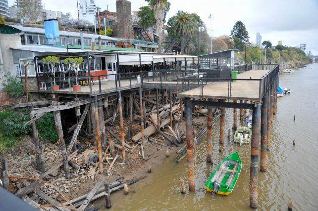 En la costa central los muelles de los clubes de pesca dejaron en evidencia la gran bajante del río.