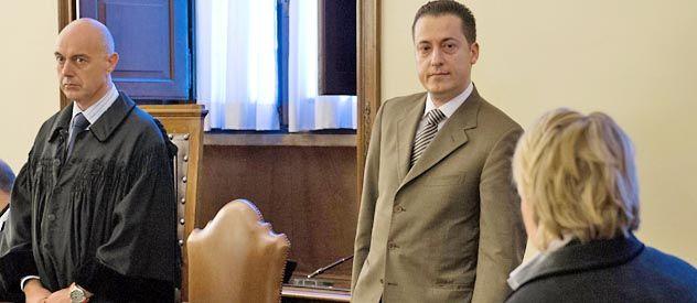 Paolo Gabriele (a la derecha) mira a su abogada