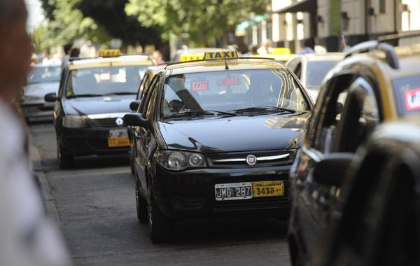 El chofer del taxi asaltado fue abordado en avenida Francia y Uriburu por el delincuente.