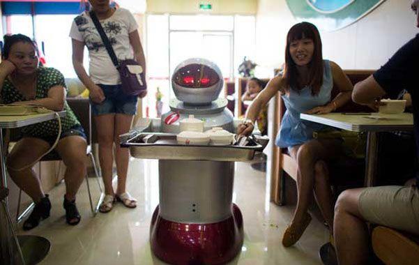 Dos robots dan la bienvenida a la clientela y cuatro pequeños androides llevan luego a cada mesa suculentos platos.