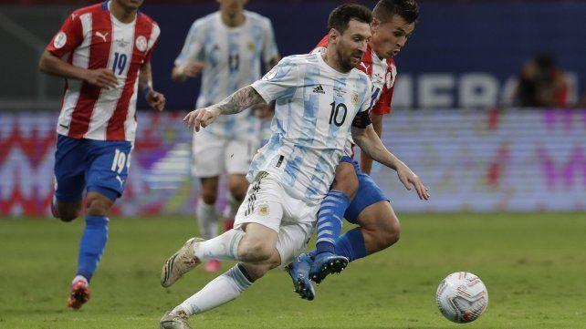 El argentino Lionel Messi, a la izquierda, y el paraguayo Adrián Cubas, luchan por el balón. AP Photo / Eraldo Peres.