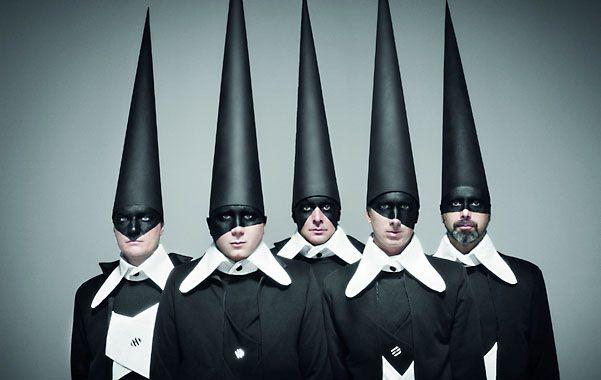 """cabezas puntudas. Los sombreros cónicos y altísimos son un signo de los nuevos tiempos de la banda del Gran Buenos Aires y también el emblema de """"Pong!"""""""