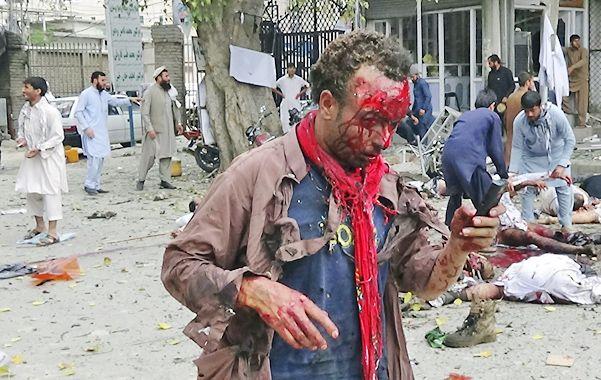 Devastador. Heridos y muertos poco después de la explosión en Jalalabad.