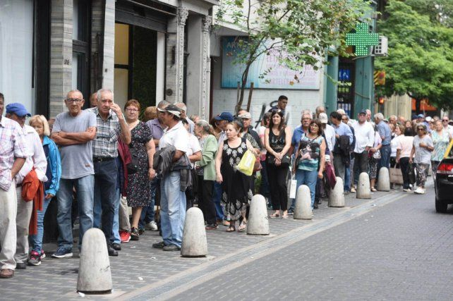 Largas colas de jubilados en los bancos rosarinos para cobrar el bono de 5 mil pesos.