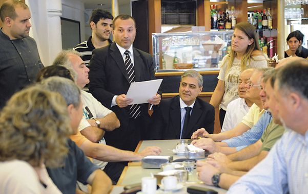 Encuentro. La discusión tuvo como escenario el bar de Entre Ríos y Santa Fe.