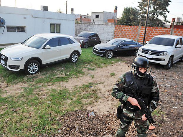 Alta gama. Costosos vehículos incautados a la banda del barrio Las Flores.