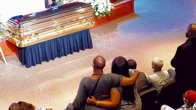 duelo. La familia y amigos de Floyd escuchan la oración fúnebre de Al Sharpton histórico líder de la comunidad.