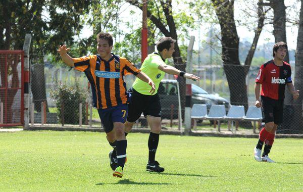 Walter Acuña festeja uno de los goles que marcó en el último clásico de 4ª división ante Newells. Concentra por primera vez.