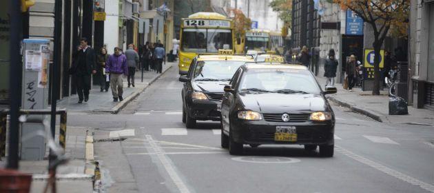 Los taxis no pueden circular por los carriles exclusivos sin pasajeros