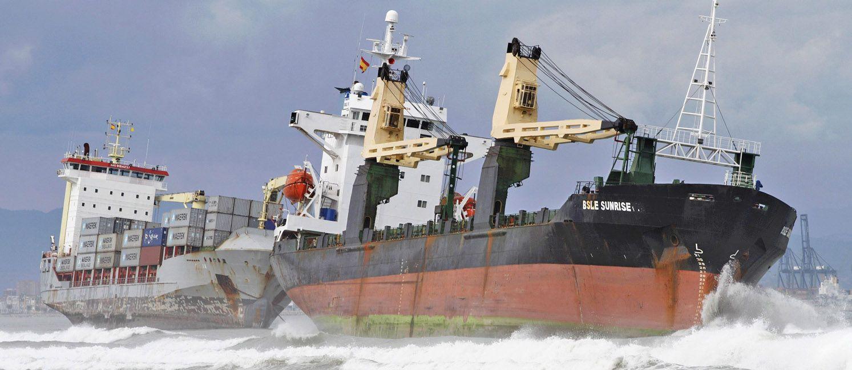 El viento hizo encallar a dos barcos en las playas de Gandía. Varias rutas quedaron cortadas.