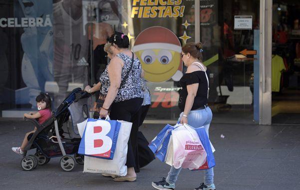 todo preparado. El centro de la ciudad ya acusa recibo del incremento de las compras impulsado por los festejos de Navidad y fin de año. (Héctor Rio / La Capital)