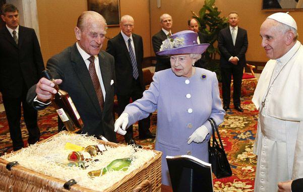 Llegó tarde. La reina con el Papa
