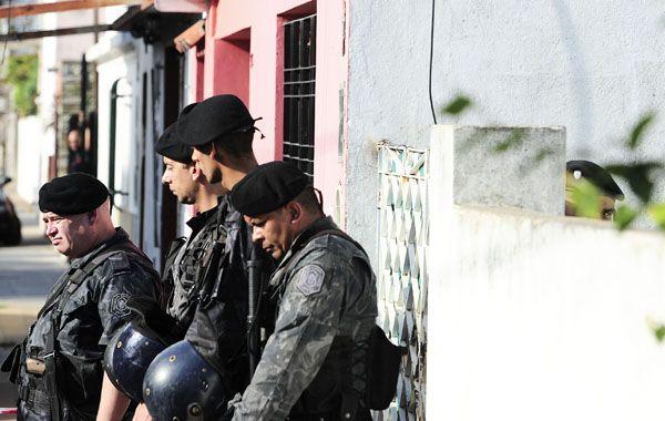 Policías apostados frente a la casa de Ayllon Escobar