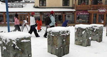 La nieve dificulta sacar las cenizas pero ayuda al turismo en Bariloche