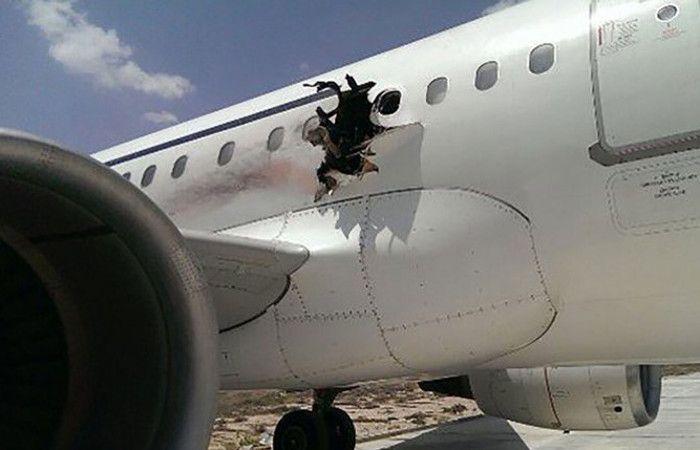 El avión con el gran hueco que aterrizó sin mayores inconvenientes en el aeropuerto de Somalía.