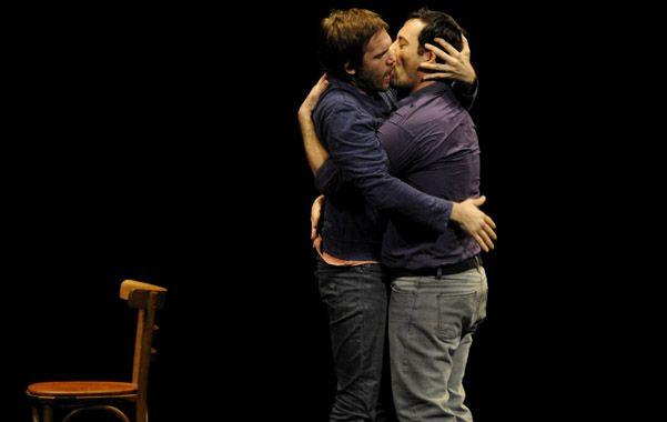 Juan Gil Navarro y Diego Velázquez se besan en plena crisis de pareja.