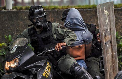 represión. Los miles de arrestos de manifestantes no han hecho ceder las protestas callejeras contra un gobierno cada vez más impopular.