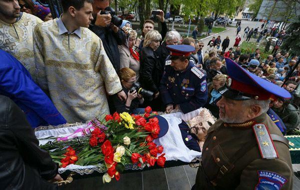 Violencia sin fin. El funeral de una de las supuestas víctimas de tortura por parte de milicianos independentistas.