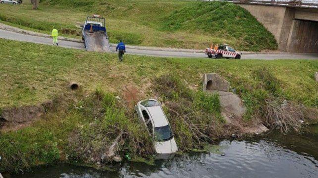 Chevrolet Astra. La trompa del automóvil ingresó al agua.