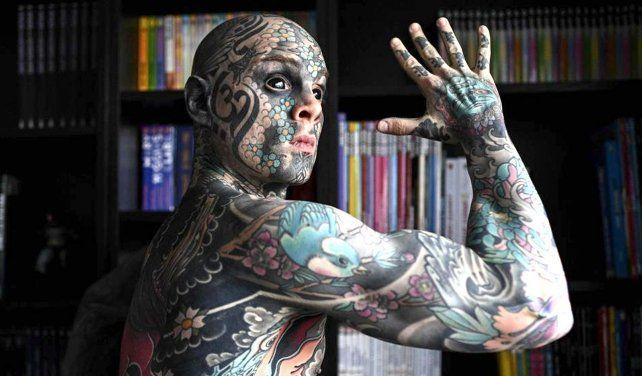 Suspenden a un docente por tener demasiados tatuajes: Freaky Hoody, un maestro particular