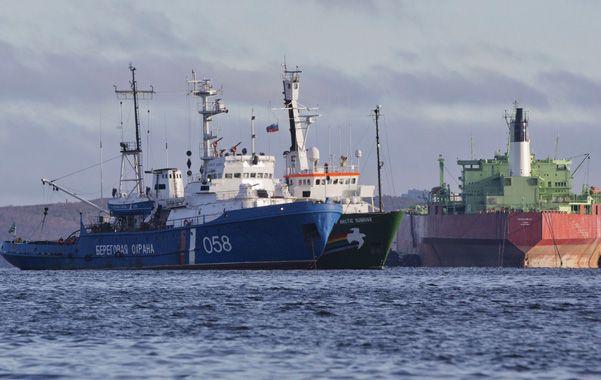 Sin navegar. El Artic Sunrise (centro) anclado al lado de la nave de la Guardia Costera rusa