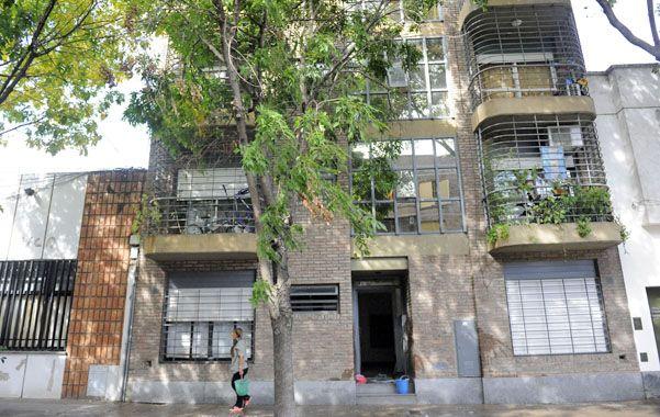 Tras las ramas. El departamento asaltado está en el segundo piso. (foto: Francisco Guillén)