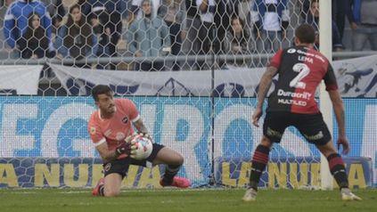 Contiene. Ramiro Macagno atrapa la pelota y Lema sigue atento la jugada.