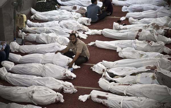 Espeluznante. Los islamistas improvisaron ayer una morgue en una mezquita de El Cairo.