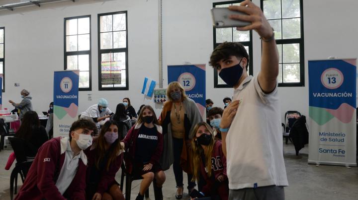 Un grupo de estudiantes de 5º año se fue de clases, con falta justificada, a vacunarse a la ex Rural. De recuerdo, una selfie con la ministra de Salud.