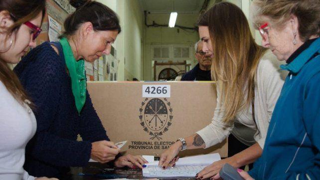 Amalia Granata fue a votar y la recibieron con un pañuelo verde
