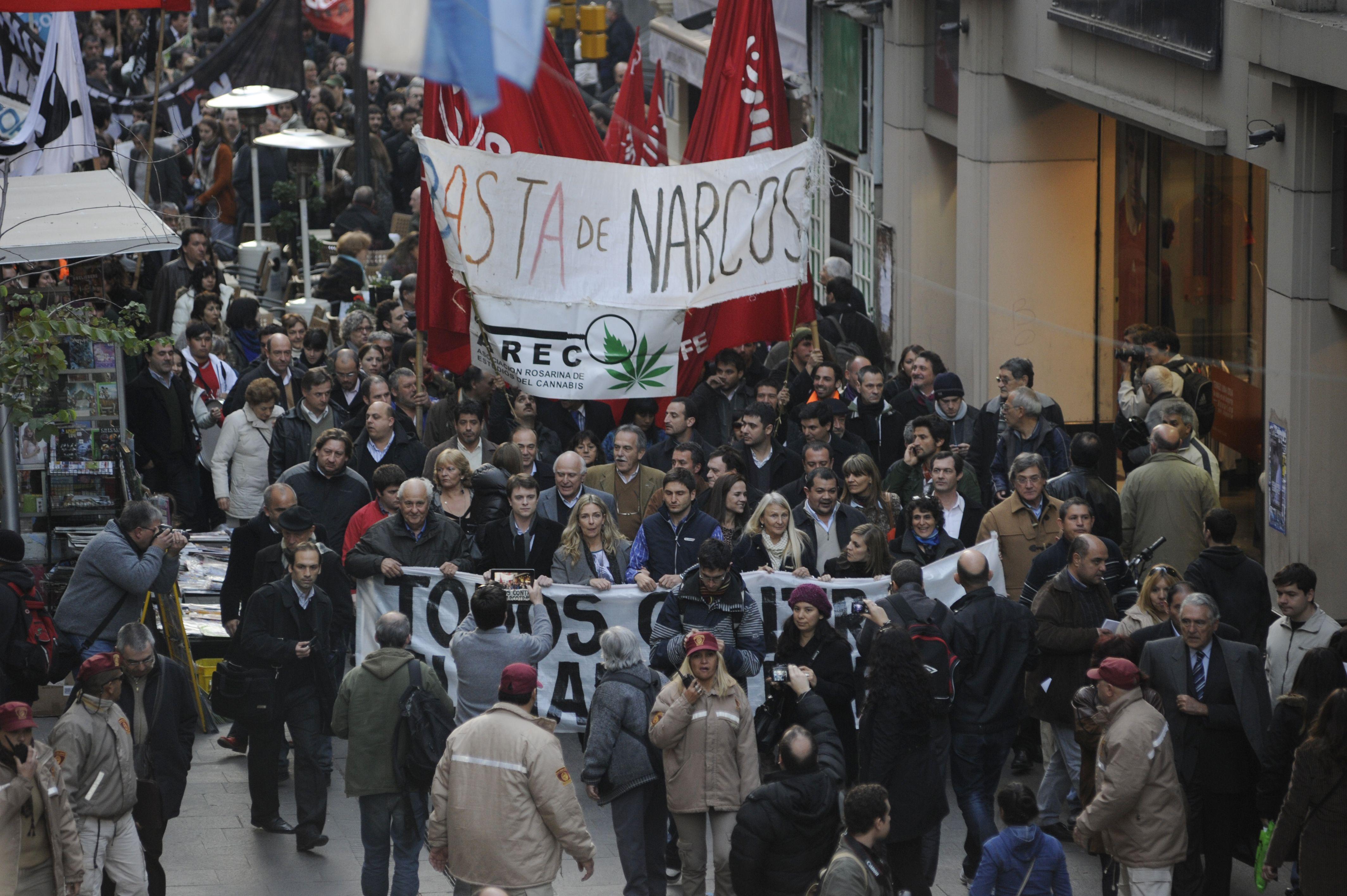 La marcha en contra del narcotráfico llegó hasta el Monumento a la Bander a. (Foto: Celina M. Lovera)