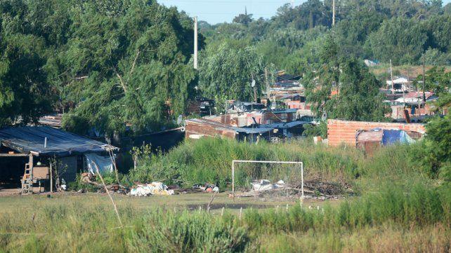 Una canchita de fútbol vacía de una barriada popular de la zona sur de la ciudad.