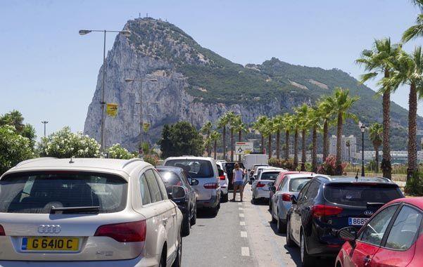 Embotellamientos deliberados. Largas filas por los controles en la frontera de España con Gibraltar.