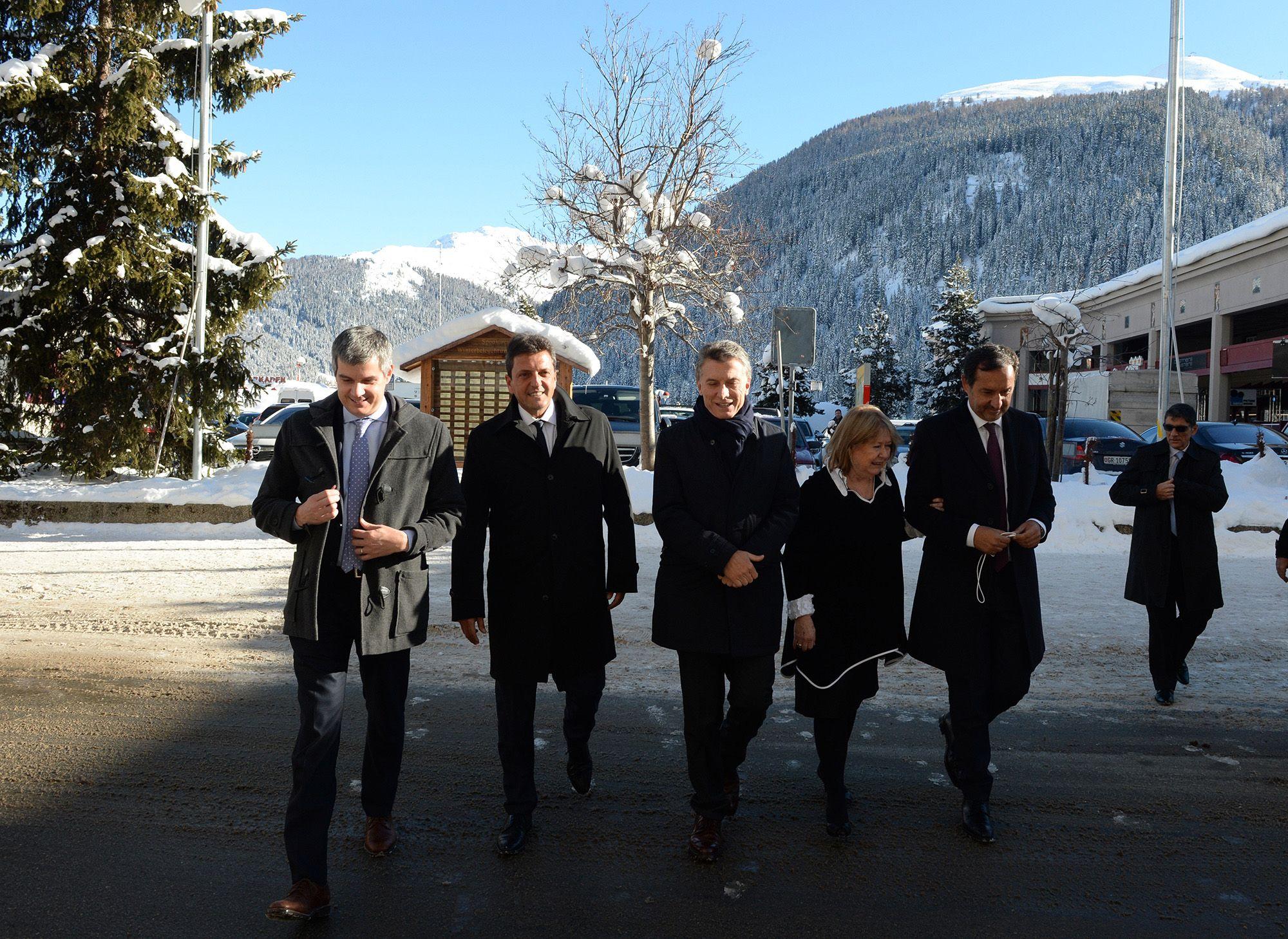 Macri y sus colaboradores marchan hacia una de las reuniones en la villa alpina.