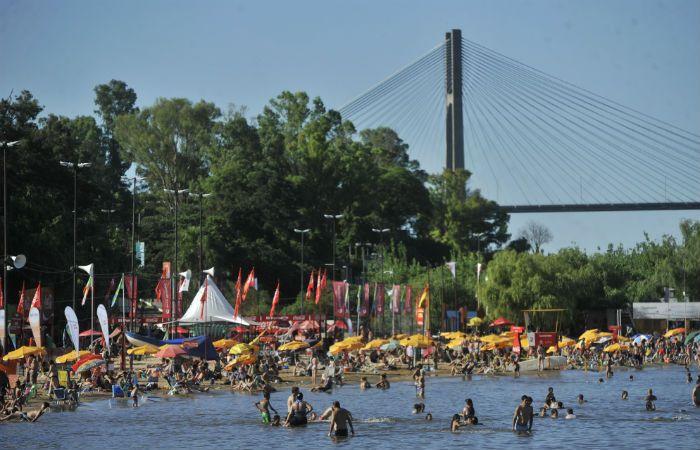 Atemperando el calor. El río actuó como bálsamo para muchos a la hora de zafar del bochorno.