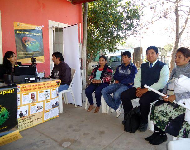 Los residentes bolivianos en la ciudad deben reempadronarse para votar en octubre.
