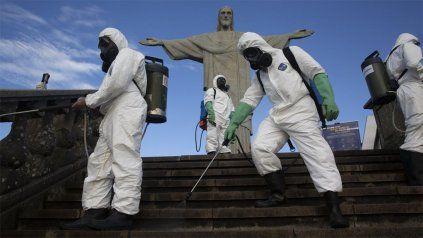 Personal desinfecta el acceso al Cristo Redentor, uno de los lugares emblemáticos de Río de Janeiro.