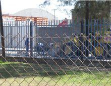 Tierra de nadie: lavan camiones hormigoneros en plena calle