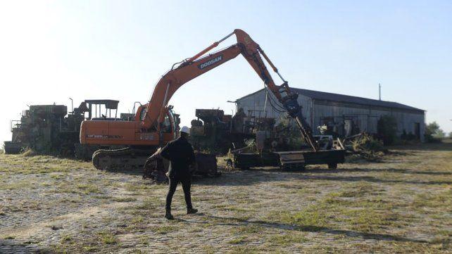 Las palas mecánicas comenzaron a remover la chatarra en el predio de la ex Zona Franca de Bolivia.